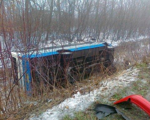 Автобус з людьми потрапив у моторошну аварію на Донбасі: багато постраждалих