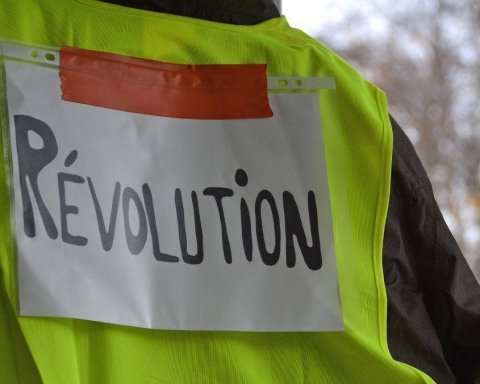 Влада боїться масштабного повстання: «жовті жилети» більше не можна продавати
