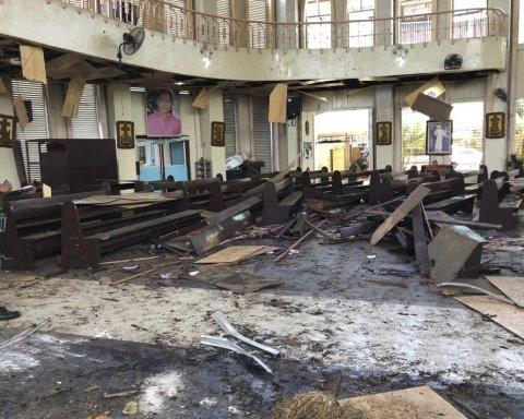 На Филиппинах устроили страшный теракт в соборе: первые кадры с места трагедии