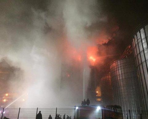 На Львовщине вспыхнул завод: фото, видео и первые подробности