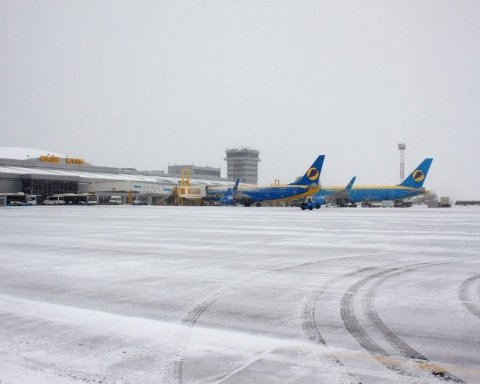 Наслідки негоди: в аеропортах Києва почався колапс