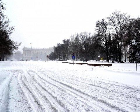 Україну замітає снігом: яка ситуація на головних трасах