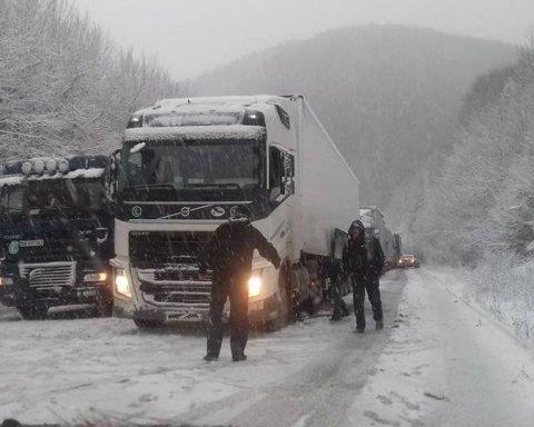 Наслідки негоди: українців попередили про перекриття доріг через снігопади