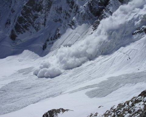 На Закарпатье группу туристов накрыла снежная лавина, есть погибший