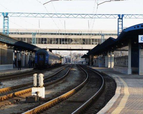 Лягли під поїзд: підлітки в Україні влаштували небезпечну розвагу, все потрапило на відео