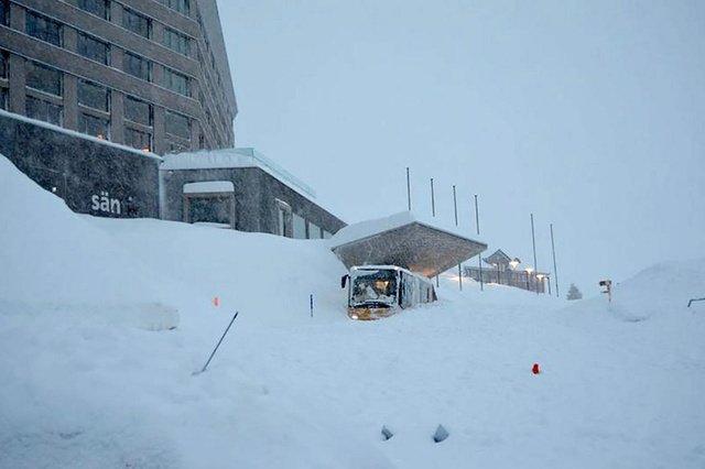 Снежная лавина накрыла курортный город в Швейцарии, есть пострадавшие: фото с места ЧП
