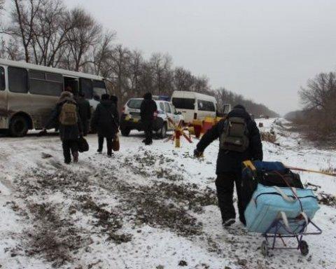 Гинуть все частіше: на окупованому Донбасі померла жінка на пункті пропуску