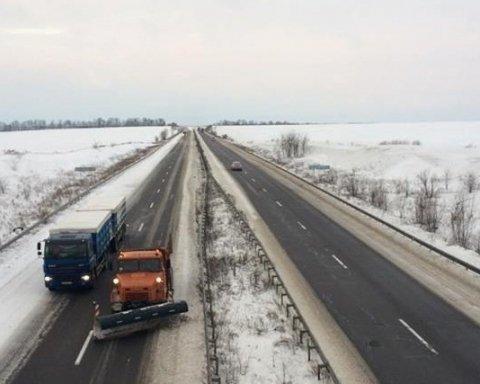 В Україні через снігопади обмежили рух на двох трасах: подробиці