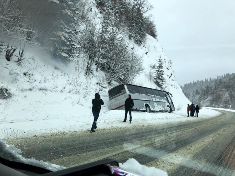 У Карпатах автобус з туристами потрапив у ДТП: опубліковано фото