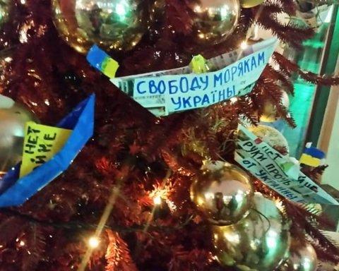 Елку в центре Москвы украсили в «бандеровских» цветах: опубликованы фото