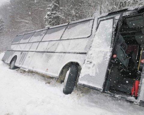У Карпатах автобус з туристами потрапив у ДТП  опубліковано фото 06a073aedd040