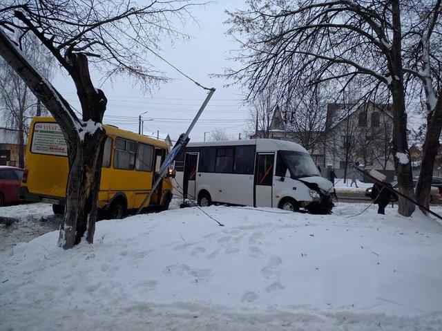 Под Киевом столкнулись две маршрутки, есть пострадавшие: все попало на видео