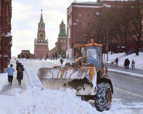 Росію накрив потужний снігопад, скасовано десятки рейсів: відео стихії