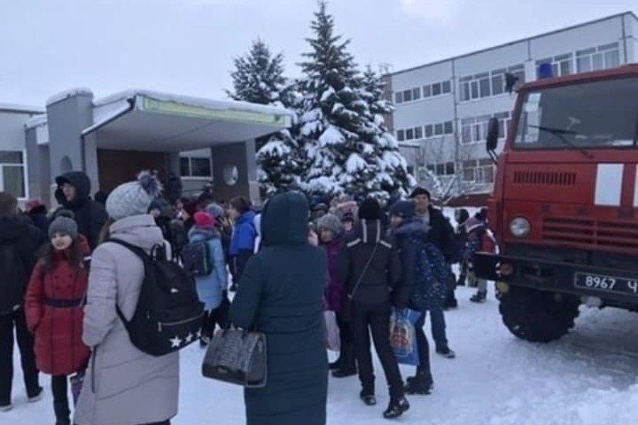 """У Харкові """"замінували""""  школу, почалася масова евакуація: кадри з місця"""