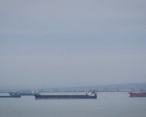 Возле Керчи горят два судна: фото, видео и первые подробности