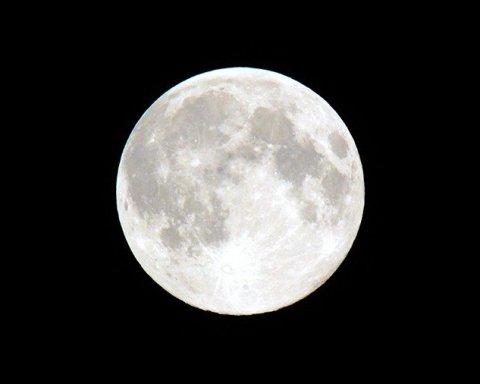 Як виглядає зворотний бік Місяця: в мережу потрапили неймовірні фото і відео