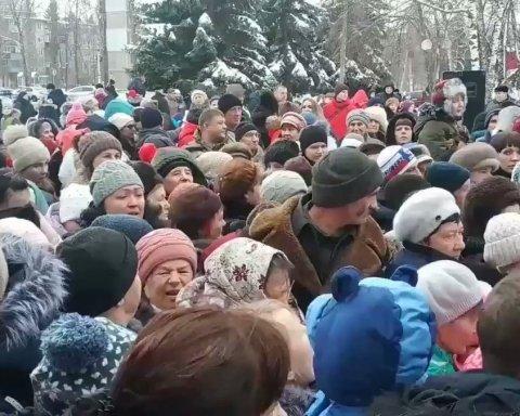 В России устроили давку из-за бесплатных конфет: сеть возмутило видео