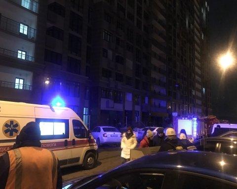 В Киеве вспыхнула высотка, людей эвакуировали через окна: кадры с места пожара