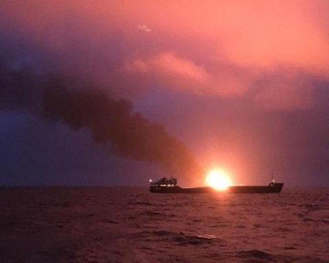 Досі горять кораблі: з'явилися тривожні новини про катастрофу біля Керчі