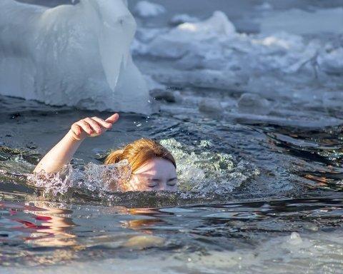 Лютые морозы и локдаун не мешает украинцам праздновать Крещение