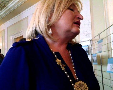 """Дружина Луценка прийшла слухати Порошенка з """"коштовною"""" сумкою: опубліковано фото"""