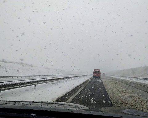 Непогода в Украине: в каких областях уже перекрыли дороги