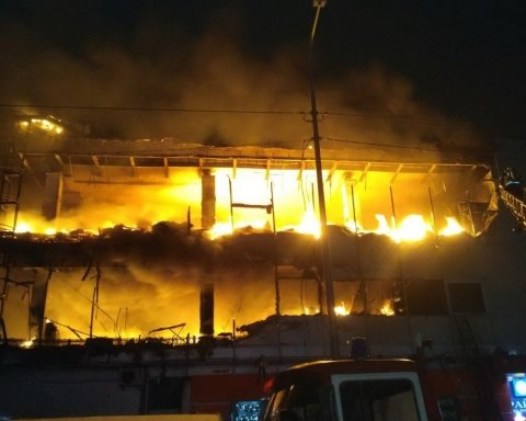 В Харькове посреди ночи вспыхнул торговый центр: все подробности происшествия