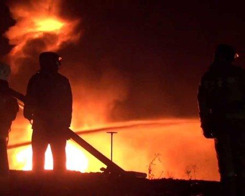 В РФ вспыхнул нефтеперерабатывающий завод, есть пострадавший: первые кадры с места