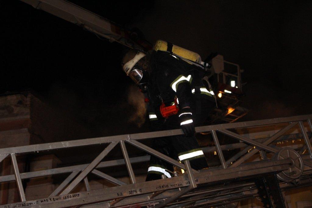 У центрі Києва пожежа знищила ресторан: кадри з місця НП