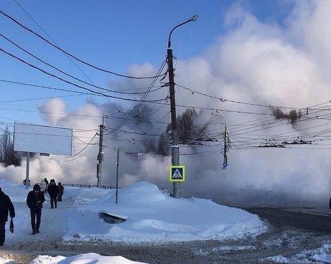 Сотни тысяч людей остались без тепла: в РФ прорвало теплотрассу, много пострадавших