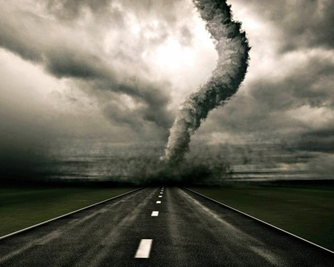 Появились фото последствий смертельного торнадо в Италии