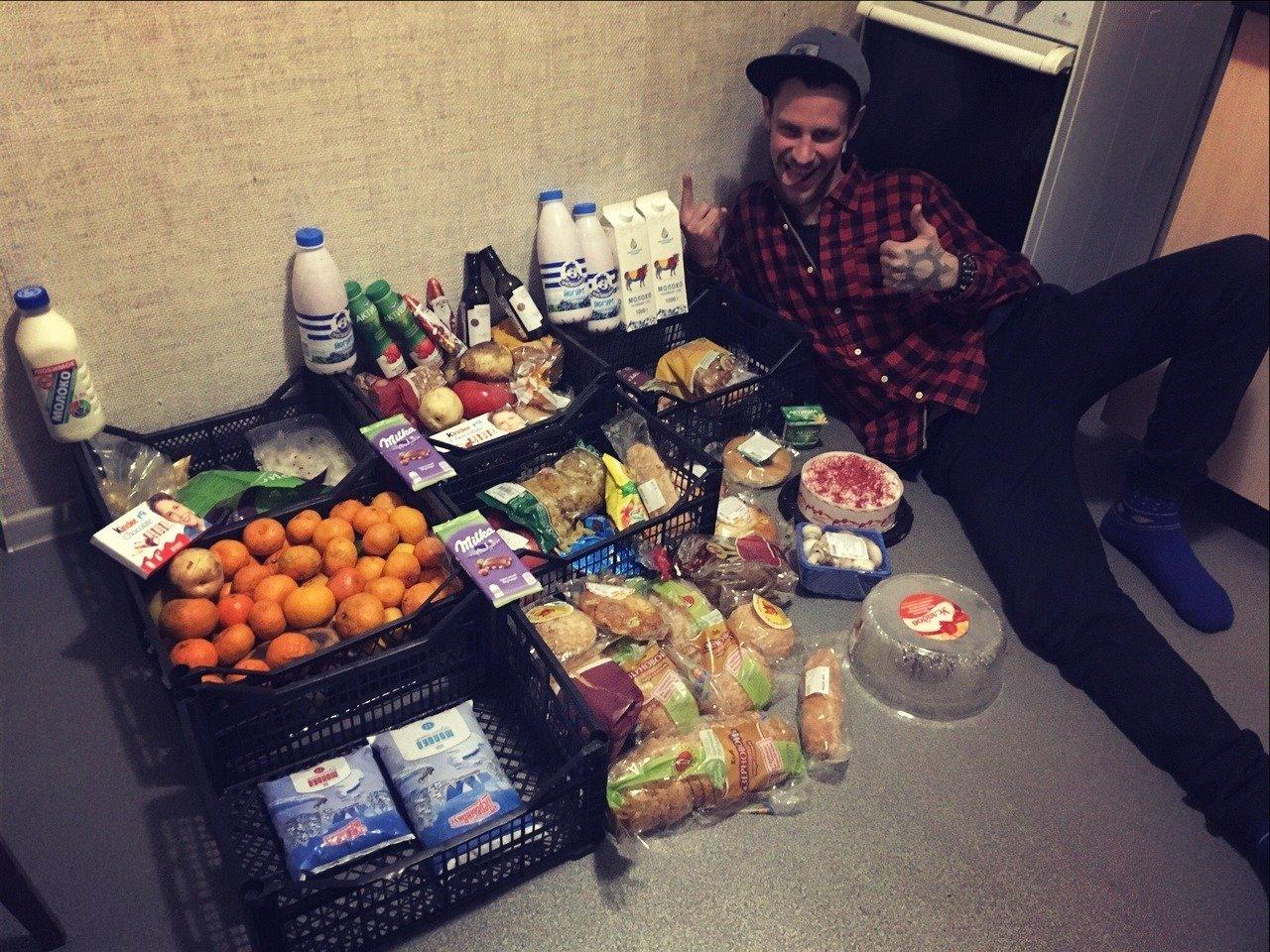 Уничтожают еду и заставляют питаться на помойках: в сети показали реалии жизни в России