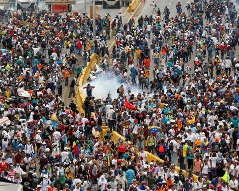 Протесты в Венесуэле: расстрел митингующих попал на видео