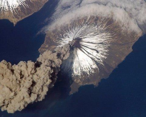 В Японии началось извержение вулкана: захватывающие кадры