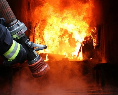 В правительственном квартале в Киеве вспыхнул пожар: фото, видео и первые подробности