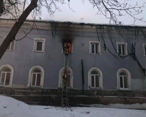 У будівлі Києво-Печерської лаври спалахнула пожежа: фото, відео та подробиці