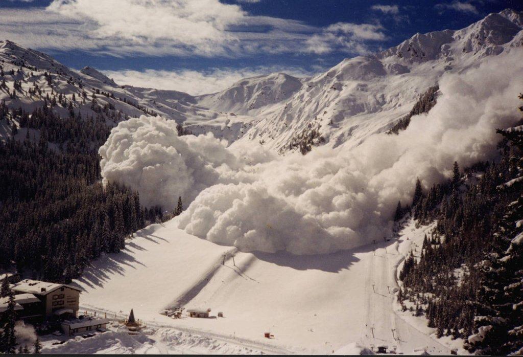 У Карпатах випав метр снігу: синоптики попередили про схід лавин