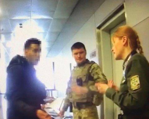 """В аеропорту """"Бориспіль"""" напали на прикордонника: момент потрапив на відео"""
