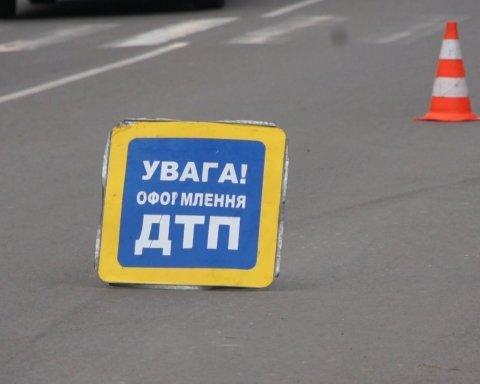 Зіштовхнулися дві маршрутки: під Києвом сталася масштабна ДТП із постраждалими