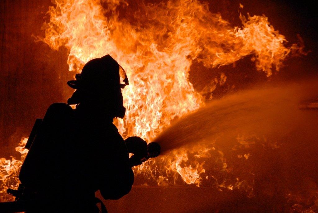 На Донбасі згорів завод: момент трагедії потрапив на відео
