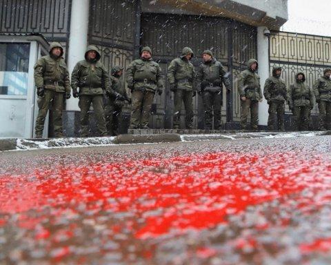 Суд над украинскими моряками: в Одессе произошла «кровавая» потасовка у генконсульства РФ