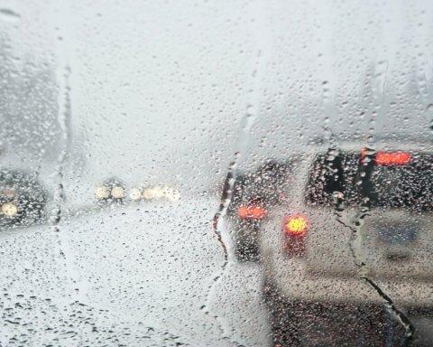 Дощ і не тільки: українців попередили про жахливу погоду
