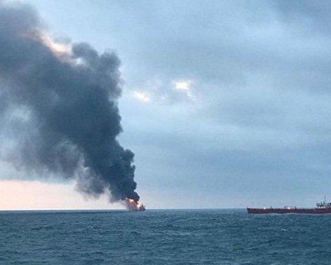 Пожар на кораблях возле Керчи: стало известно о новой опасности