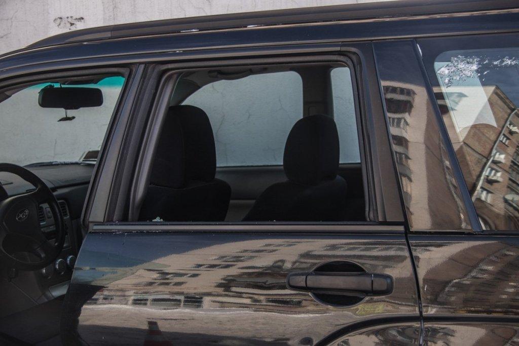 У Києві водій помер прямо за кермом, авто влетіло в будинок: фото і відео з місця НП