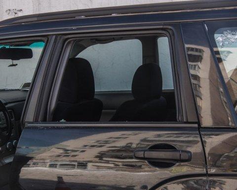 В Киеве водитель умер прямо за рулем, авто влетело в дом: фото и видео с места ЧП