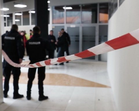 Взрыв в киевском ТРЦ: появились фото и видео