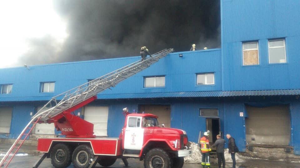 У Києві спалахнула масштабна пожежа: фото і відео з місця НП