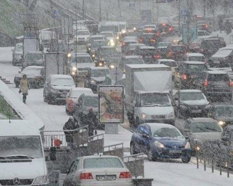 Киев замер в снежных пробках: где не проехать