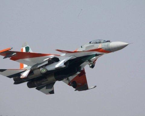 У небі зіткнулися два військових літаки: момент потрапив на відео