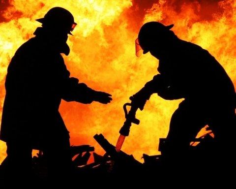 В оккупированном Крыму загорелся завод: первые подробности и кадры с места